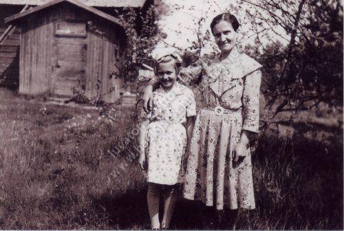 Emma Metsäraukola tyttärensä kanssa Palomaan pihassa vuonna 1955