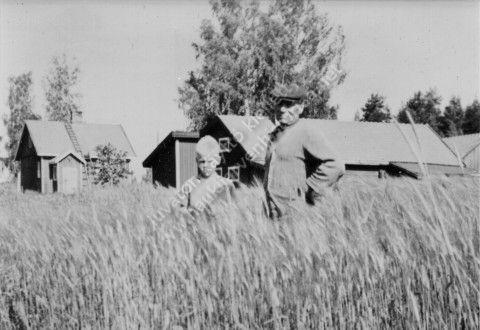 Lauri Niemi veljenpoikansa kanssa, taustalla Santalan rakennuksia, kuvan omistaa Hannu Niemi.