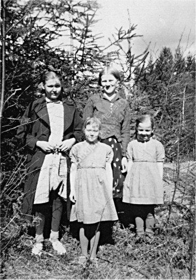 Vasemmalta Rauha Viidanoja, Viola Raisvuo, Lea Pettersson ja Kyllikki Raisvuo. Kuvan on ottanut todennäköisesti Risto Viidanoja. Kuvan omistaa Pasi Peltomäki.